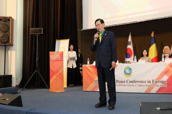 [크기변환][크기변환]3. HWPL 이만희 대표가  'IWPG 세계평화 컨퍼런스'에서 '화합과 평화를 실현하기 위한 여성의 역할'이란 주제로 발제를 하고 있다..jpg