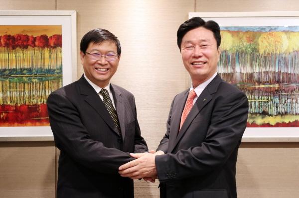 중국 국가철로국 옌 허 시앙 총공정사(왼쪽).jpg
