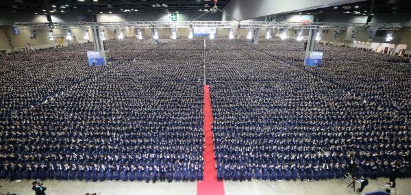10일 열린 신천지 12지파 10만 수료식에서 수료생들이 환호하고 있다7.jpg