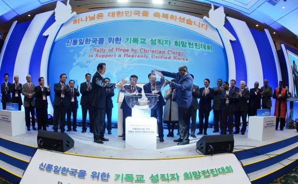 평화의 합수의식을 하는 한국과 미국의 성직자들.jpg