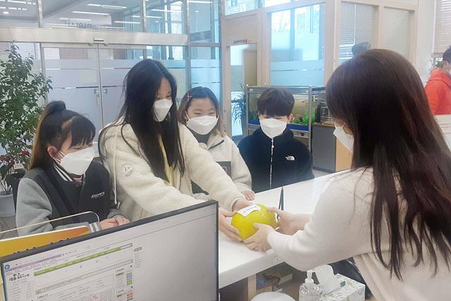 2 태권도학원 초등생들 성금 전달(송림3.5동).jpg